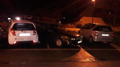 Aanrijder vier geparkeerde voertuigen geklist