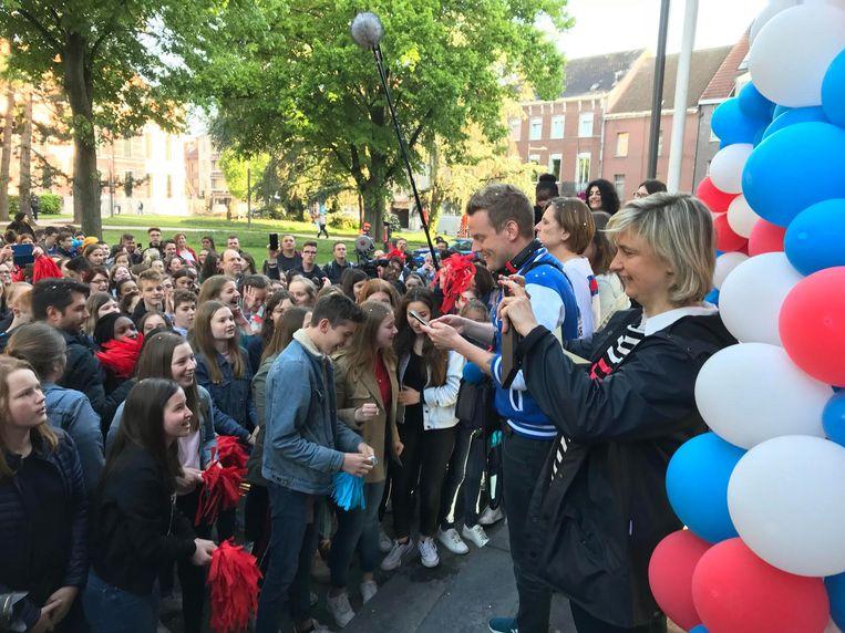 Minister van Onderwijs Hilde Crevits neemt een foto van de enthousiaste leerlingen.