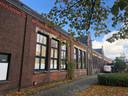 De gevel van het gemeentelijke monument de oude openbare school aan de Hemelrijken-Schoolstraat in Eindhoven.