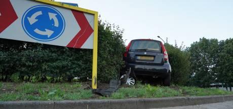 Automobiliste rijdt rechtdoor bij rotonde in Alphen en raakt gewond