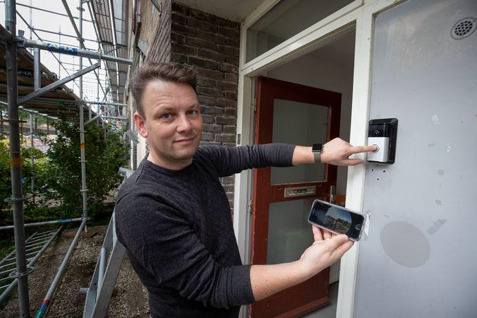 Adviseur Martijn Engel monteerde een slimme deurbel, een van de gadgets in de 'belevingswoning' van OFW in Dronten.