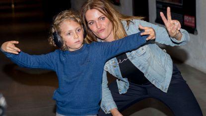 Zoon van Karen Damen pakt uit met leuk kledingstuk