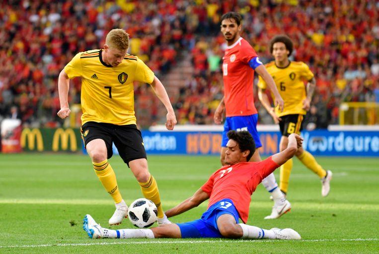 De Bruyne ontwijkt een tackle van Tejeda.