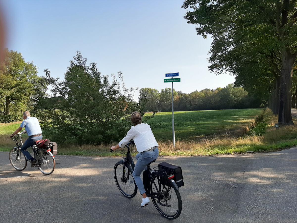 Fietsen over de weg Wijkevoort in het gebied Wijkevoort, dat weer onderdeel is van Klein Tilburg.