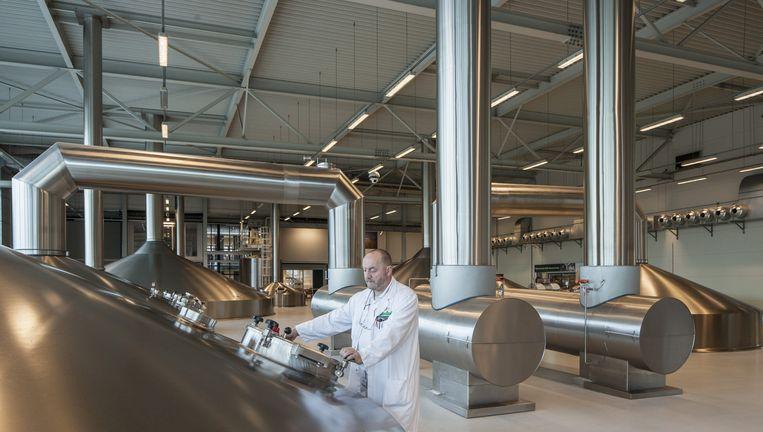 Brouwmeester Leo Snippert werpt een blik in de ketels. Grolsch bezit een van Europa's modernste brouwerijen Beeld Harry Cock