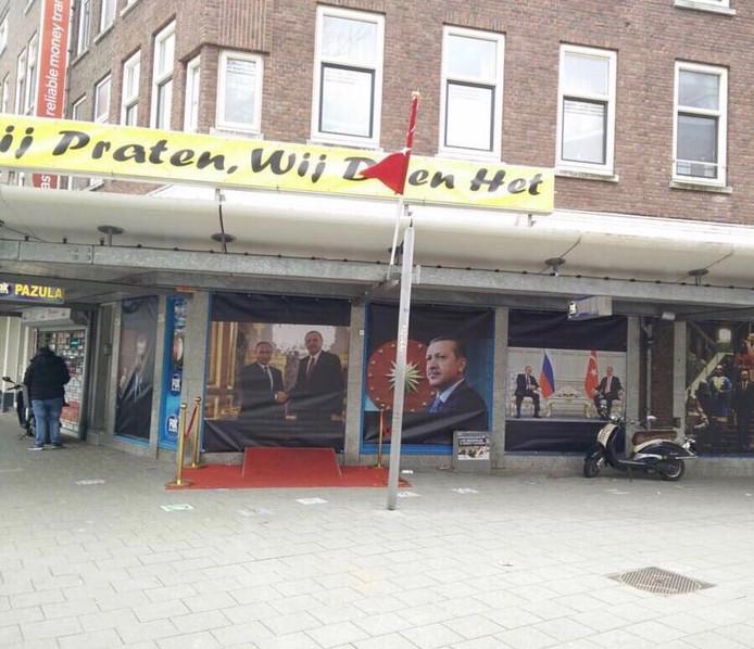 Grote posters van Erdogan prijken op het pand van wedkantoor Pazula aan de Beijerlandselaan in Rotterdam.
