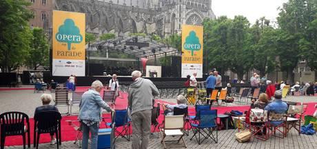 Stoeltje, tafeltje, flesje wijn en paraplu: bezoekers zitten klaar voor Opera op de Parade