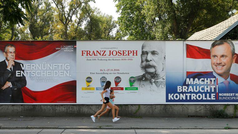 Links het verkiezingsaffiche van kandidaat Alexander Van der Bellen, rechts het affiche van Norbert Höfer. Beeld REUTERS