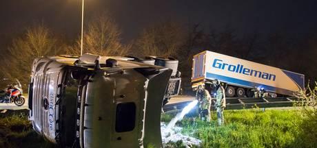 Vrachtwagen verliest trailer op A28 en vliegt in brand