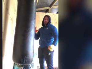 Un champion de boxe explique comment frapper sa femme par temps de confinement, puis s'excuse