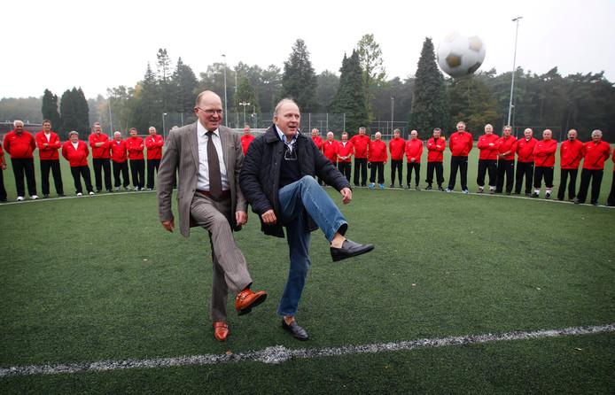 Archieffoto Rene en Willy van den Kerkhof doen de aftrap bij PSV Oldstars.