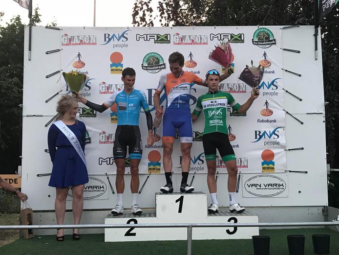 Winnaar Rens te Stroet, geflankeerd door Tom Wijfje, Arjan Arentsen en de miss van de Ronde van Ermelo.