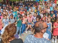 Schoollied klinkt voor laatste keer op het schoolplein van de Uilenbrink