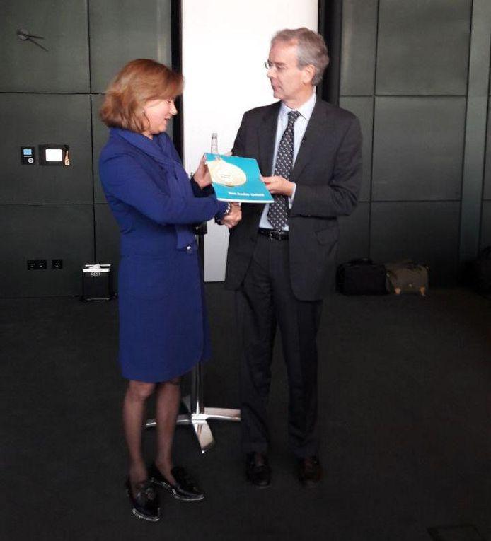 De overhandiging van het bewonersadvies aan minister Cora van Nieuwenhuizen.