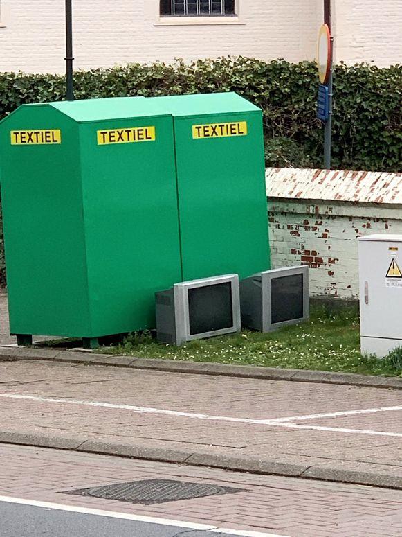 De dader dumpte de tv's bij de kledingcontainers langs de drukke Steenweg in Parike.