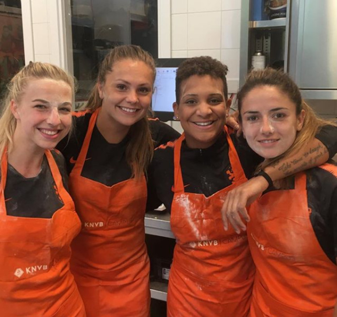 De Oranjeleeuwinnen volgden een kookworkshop.