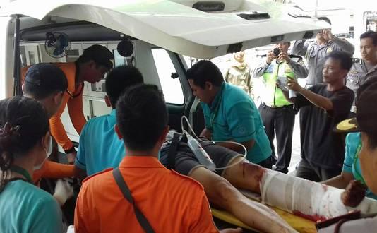 Een gewonde toerist wordt de ambulance in gedragen