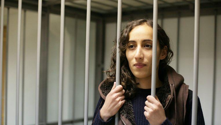 Faiza Oulahsen in de kooi voor verdachten in de rechtbank van Moermansk. Beeld REUTERS