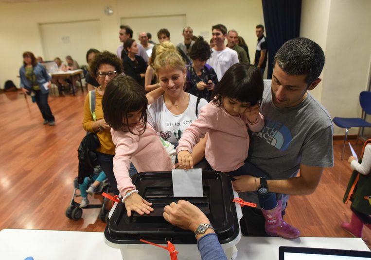 Catalanen brengen hun stem uit. Beeld photo_news