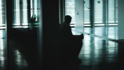 Vijftiger die worstelt met seksualiteit steekt vriend (31) neer op eerste date: 8 jaar cel