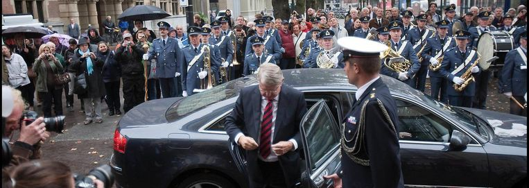 Defensieminister Hillen stapt uit de dienstauto (2010) Beeld Hollandse Hoogte/Werry Crone