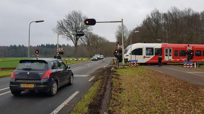 De vrachtwagen ramde een spoorboom en kwam tot stilstand in de berm. De trein kwam enkele tellen later langs.