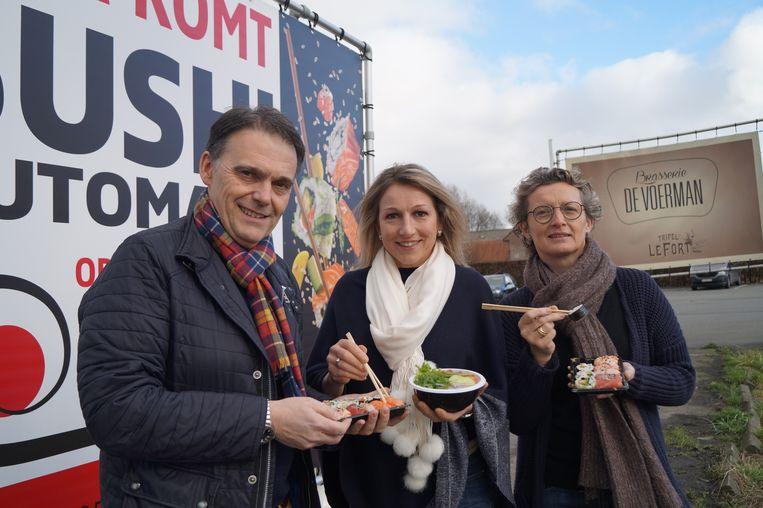 Geert Vlietinck, Erika Vanrenterghem en Els Farrazijn op de parking van De Voerman, waar vanaf 15 maart een sushiautomaat staat