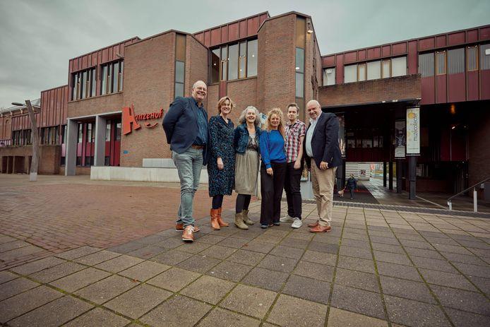 Vertegenwoordigers van de samenwerkende partners, met van links naar rechts Johan Boonekamp (Hanzehof), Roos Willemsen (Kompaan College), Ria Maasdam (Kunst Connectie Zutphen), Irene Kriek (WOEST OOST), Wim Besselink (Berkelstroom) en Wilco de Jong (Berkelstroom).