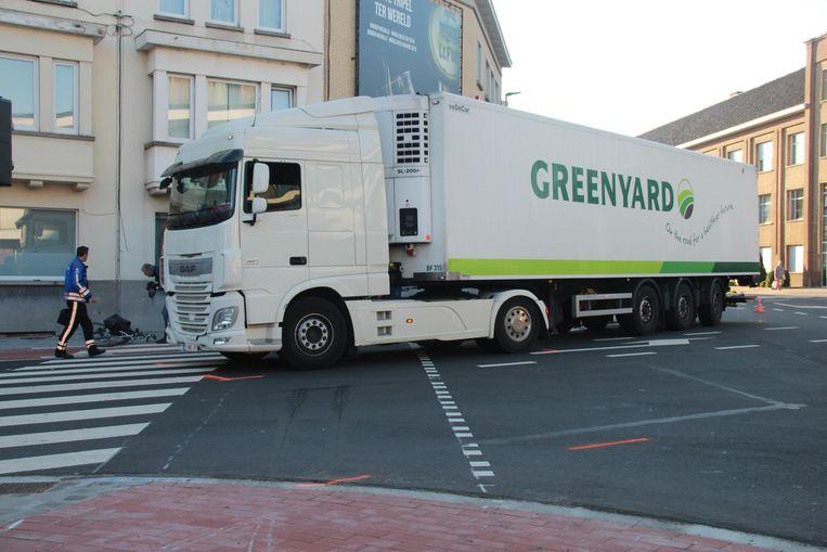 De bestuurder van een vrachtwagen van het bedrijf Greenyard sloeg de Aalbeeksesteenweg in en merkte de fietser vermoedelijk niet op.