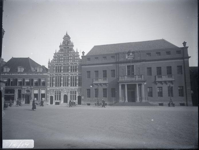 In 1870 richtte een select groepje Deventer notabelen een schouwburgvereniging op in een al bestaande komediezaal achter een café-restaurant aan het Grote Kerkhof.