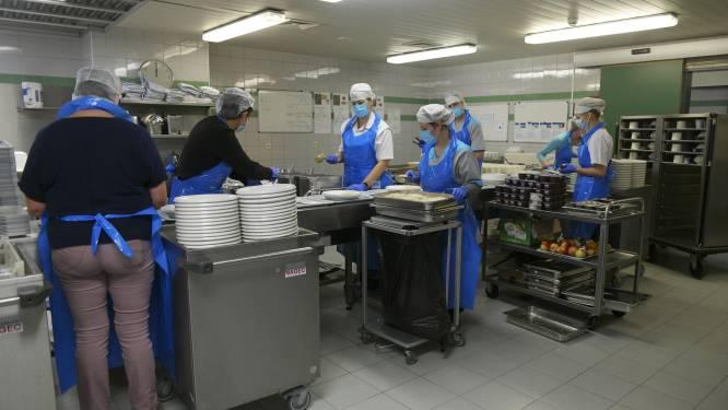 """Horeca helpt in de keuken van woonzorgcentrum Sint-Rochus: """"Het zien van die solidariteit doet deugd"""""""