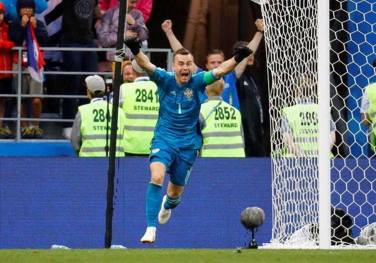 Igor Akinfeev bij Rusland na de gewonnen penaltyreeks tegen Spanje.