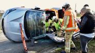 Auto belandt op zijkant: bestuurder gewond na stevige klap op kruispunt