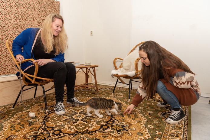 Willeke Rodenhuis (l) laat poes Pippa vast wennen in het kattencafé Kat en Koffie. Pippa logeert nog bij Katarina (r).