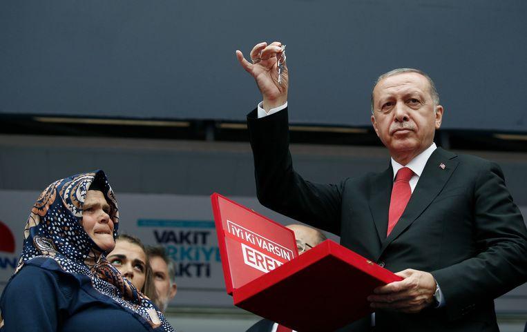 De Turkse president Erdogan tijdens een verkiezingsrally. Gisterenavond kondigde de president aan dat hij de noodtoestand zal opheffen als hij herverkozen wordt.