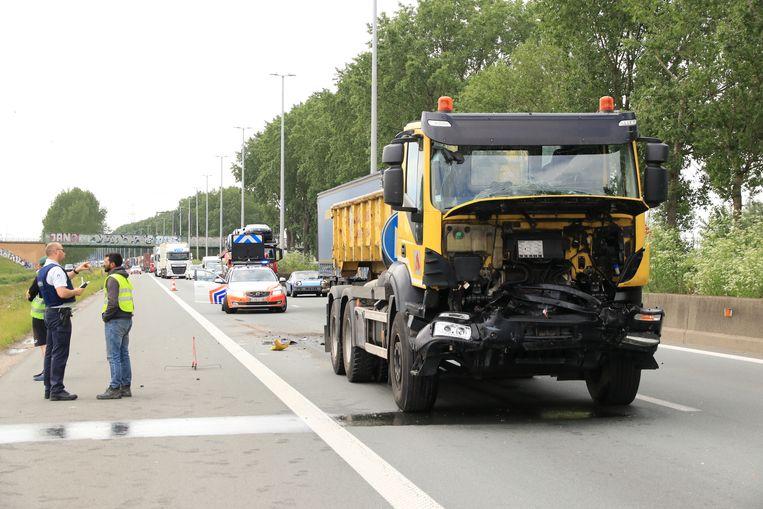 Eén vrachtwagen raakte zwaar beschadigd en moest getakeld worden.
