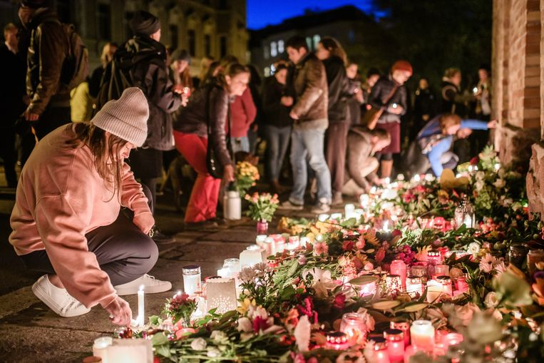 Kaarsjes worden aangestoken voor de slachtoffers van de aanslag in Halle. Beeld EPA