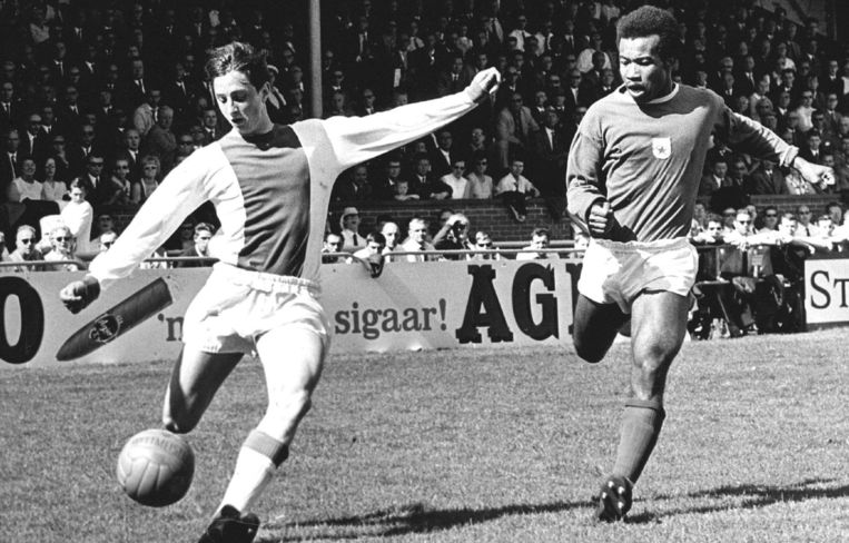 GVAV-Ajax 0-2, door het prachtige dekken van de GVAV speler Breinburg (R) kon Ajacied Cruijff ternauwernood tot goed spel komen Beeld anp