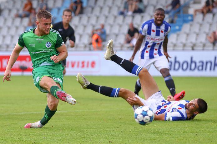 De Graafschap-spits Joey Konings haalt doeltreffend uit in een oefenduel met Heerenveen.