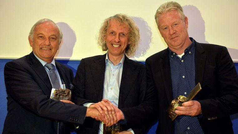 Vorig jaar won Peter Maes (r) de Guy Thys Award, Roland Breugelmans (m) nam namens de jeugdopleiding van Genk ook een award in ontvangst
