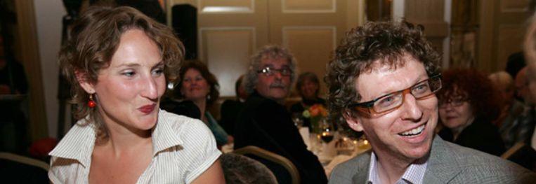 Arnon Grunberg (rechts) wint maandagavond de Libris Literatuur Prijs. (ANP) Beeld