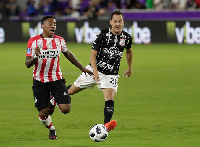 Steven Bergwijn in actie in het  duel tussen PSV en Corinthians: 1-1.