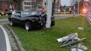 Oldtimer knalt tegen verlichtingspaal in Brugge