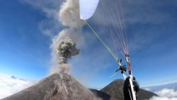 Waanzinnig: paraglider vliegt over actieve vulkaan