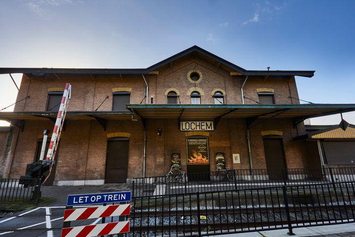 Het oude stationsgebouw van Lochem moet voor een deel weer de oude functie terugkrijgen als het aan burgemeester en wethouders ligt.