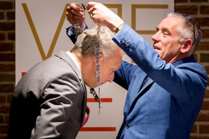 Sjors Fröhlich krijgt de ambtsketen omgehangen van wethouder en locoburgemeester Marcel Verweij.