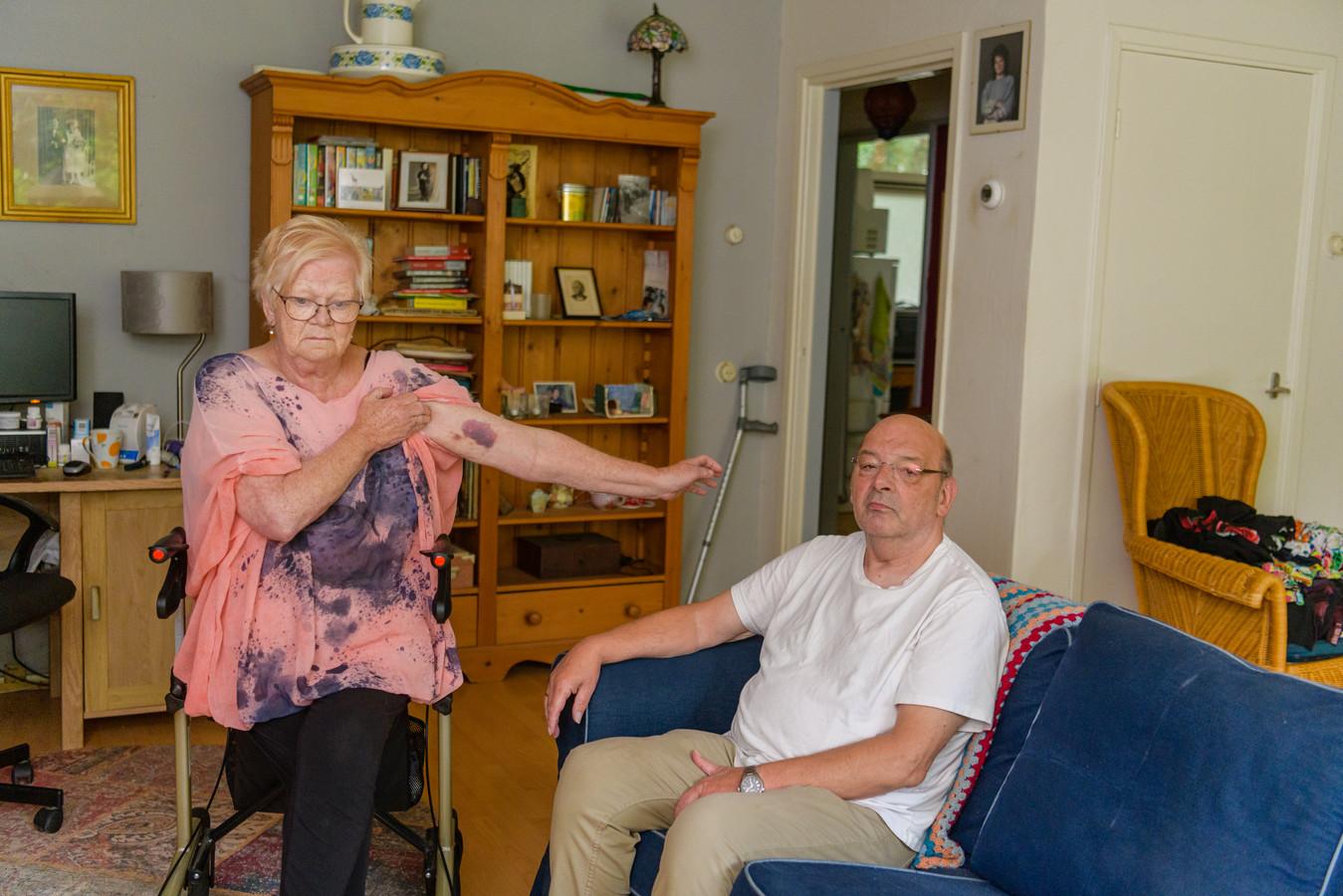 Cilia Akkermans (71)en haar man Albert (rechts) werden hardhandig met hulp van de politie uit het buurtcentrum Binnenbos gezet. Cilia Akkerman liep behalve blauwe plekken ook heupletsel op waarvoor ze in het ziekenhuis belandde.