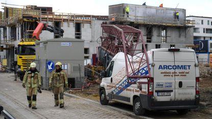 Torenkraan belandt op bestelwagen en veroorzaakt gaslek