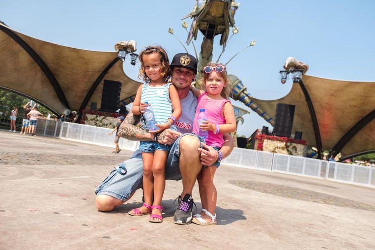 MC Reign met zijn dochtertjes Nona en Nisa.
