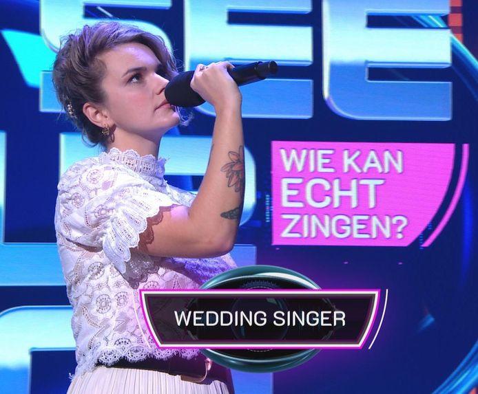 Amber van Opijnen als 'wedding singer' in 'I can see your voice'.